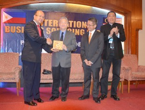 President of Agro-Bio Philippines Inc. and President of Brooke's Point (Palawan) Chamber of Commerce, Ernesto C. Lee (2nd left) receiving a souvenir from Labuan Chamber of Malay Entrepreneur (DUML) Datuk Seri Alias Abd Rahman (left) at the International Business Sourcing Programme.