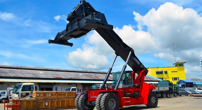 The Kalmar DRF450-60S5M Reachstacker has a maximum lifting capacity of 45MT of containers.